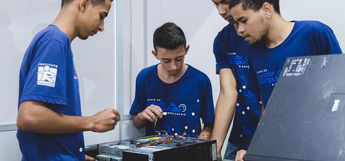 Alunos trabalham com um computador durante o curso de operador de computador do Ramacrisna.